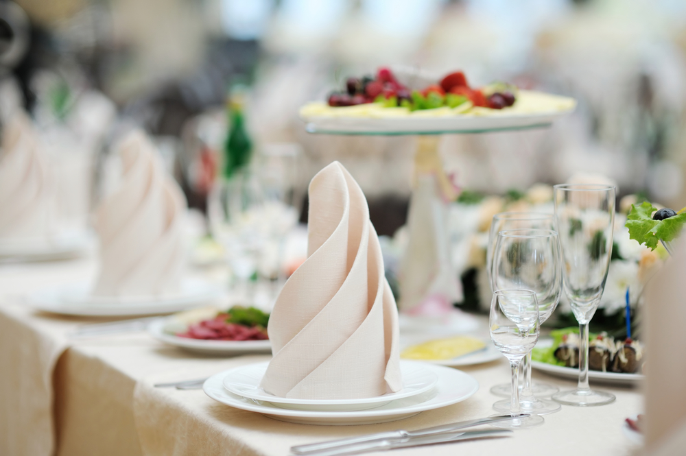 blue-spark-event-design-table-with-white-swirl-napkin-dessert