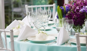 blue-spark-event-design-blue-linen-purple-flowers